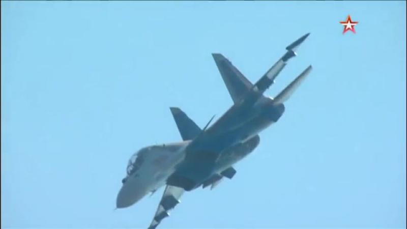 «Плоский штопор» и «сверхманевренность»: летчики показали фигуры высшего пилотажа на истребителях Су-30СМ