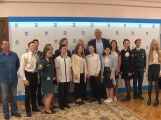 Ржевитяне фотографируются с депутатами ГД Владимиром Васильевым и Николаем Валуевым.