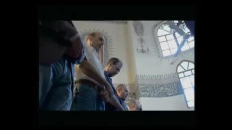 Dindar masonların Kucuk Ayasofya Camii'nde namaz kılarken goruntuleri