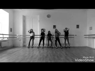 Кусочек занятия по дефиле в школе моделей Дарьи Корелиной