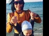 Счастливая мама Виктория Берникова наблюдает с сыном на берегу моря за чайками