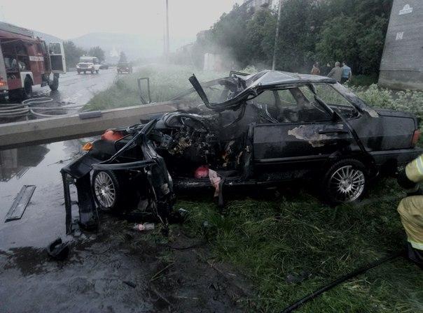 В Мончегорске спасатели вырезали водителя из искореженной иномарки