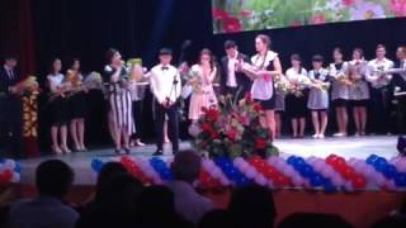 Выпускница из Адыгеи со сцены заявила о липовой медали одноклассницы