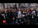 Замість квітів флешмоб учні столичного ліцею привітали улюблених вчителів