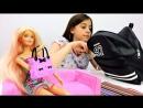Видео для девочек: СТРАННЫЕ ПРЕДМЕТЫ в сумках Барби и лучшаяподружкаВика! Игры Барби