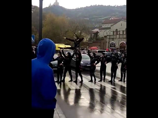 Воины в центре Тбилиси захватили улицу. ხორუმის მოცეკვავები ზებრა გად4304