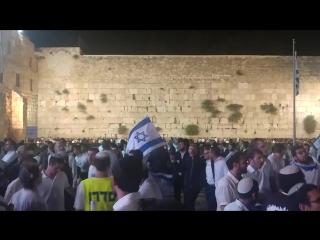 יעקוב שוואקי תהיא השעה הזו וניגון חבד ביום ירושלים ה50 בכותל המערבי
