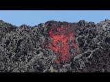 Падение А'а лавы с расплавленной красной скалы Pulama Pali (Гавайи)