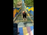пытается преодолеть стеклянный мост без поручней
