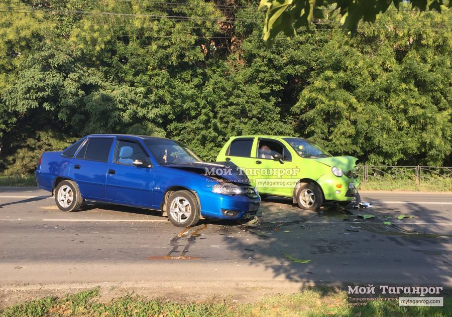 В Таганроге дорогу не поделили водители Chery QQ и Daewoo Nexia, двое пострадавших