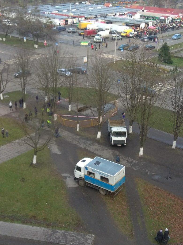 В Пинске на пешеходной зоне провалился асфальт