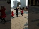 Дедушка танцует с внучками 1 часть
