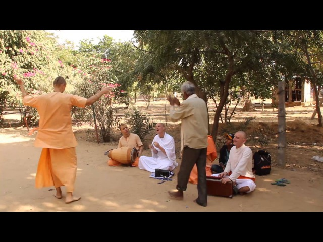 Танец Ананда Вардханы прабху в санкиртане у Говардхана
