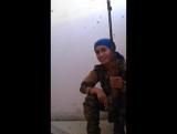 Девушка снайпер (Сирия) Посмотрите насколько счастлива эта девушка сражаясь на войне. А мы порой несчастны находясь в окружении