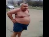 Пьяный толстый мужик упал на асфальт