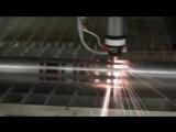 Лазерный станок с ЧПУ режет стальную трубу