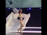 Модель Мин Си упала на показе Victorias Secret