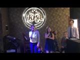 Даша поёт в караоке