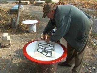 В городе Комсомольское продолжается работа по обновлению дорожных знаков