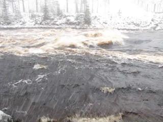 Бурное течение реки. Плотина, Гирвас, Карелия