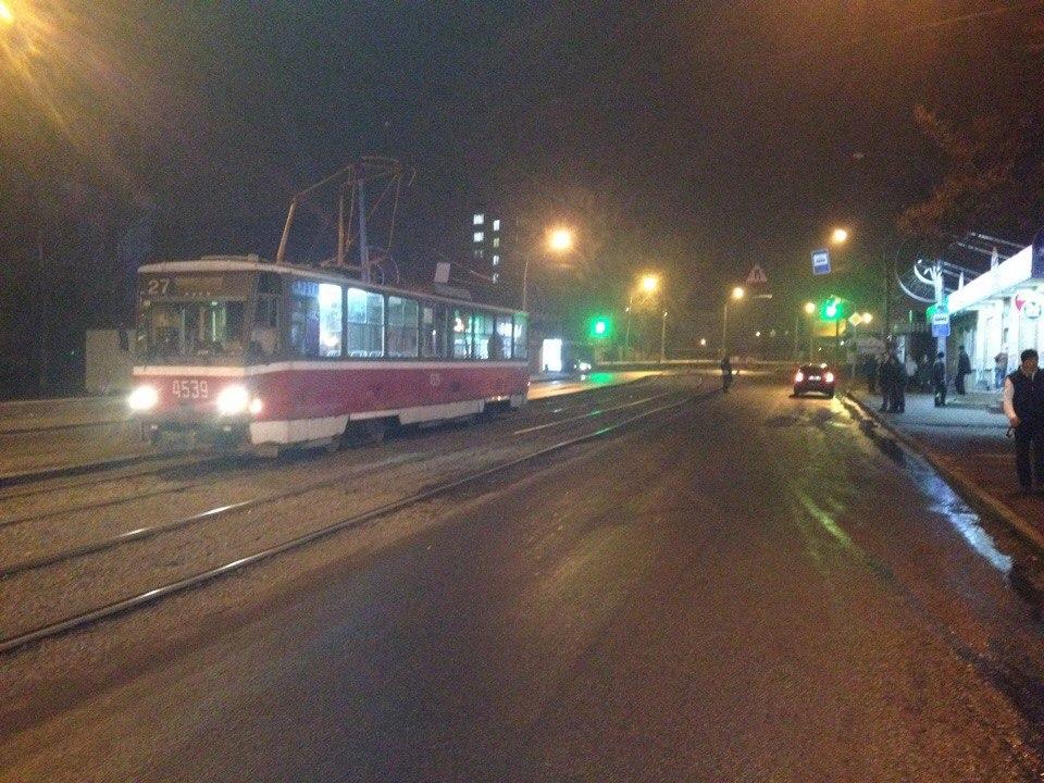 Разваливающийся харьковский трамвай ночью повредил машину и едва не убил пешехода (ФОТО)