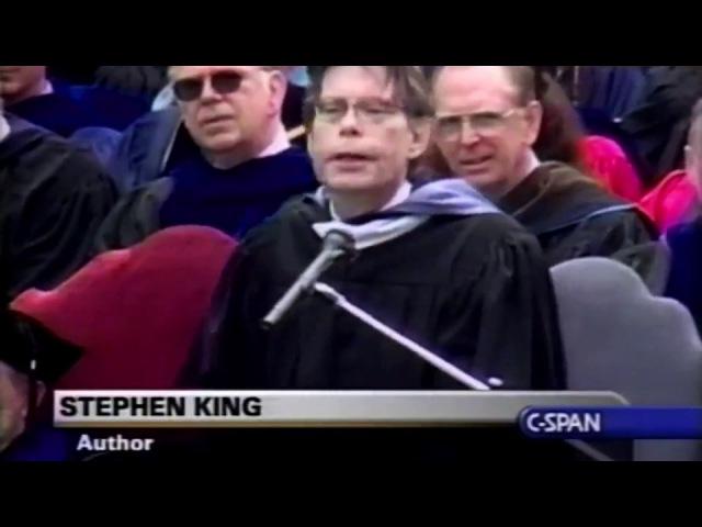 Стивен Кинг выступает перед выпускниками колледжа Вассар