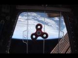NASA показало, как астронавты крутят спиннер в космосе.