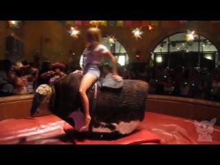 Сексуальные движения на механическом быке (Девушки №26)