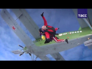 Пенсионерка совершила первый прыжок с парашютом в честь своего 80-летия