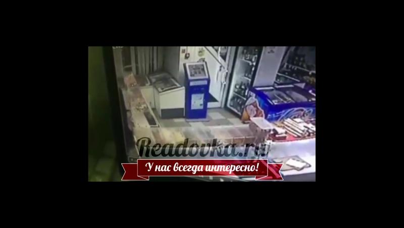 Грабитель магазина ТЕМА в Смоленске попал на камеру