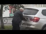 Пьяный судья Азовского городского суда скручивает номера на своем BMW после устроенного ДТП