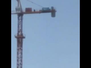 Қарағандыда биіктіктегі кранның үстінде намаз оқыған азамат елді қайран қалдырды