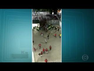 Agredindo argentino e invadindo o estádio