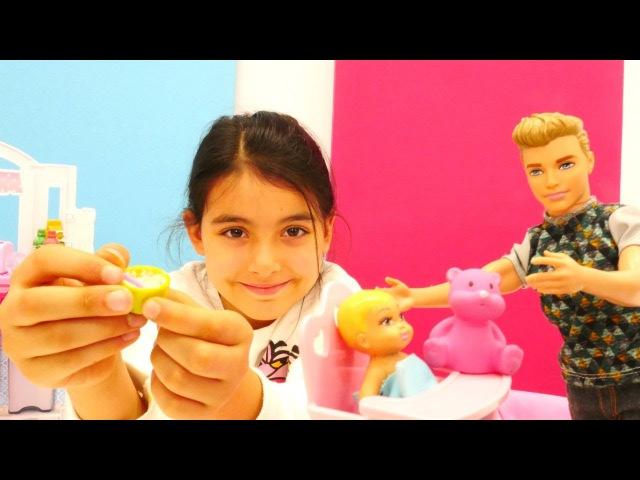 Barbie işe başladı. Bebek bakma oyunu oynadık! Ken Barbie'nin bebişe mama yediremedi