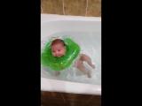 моя малышка купается первый раз в большой ванне))