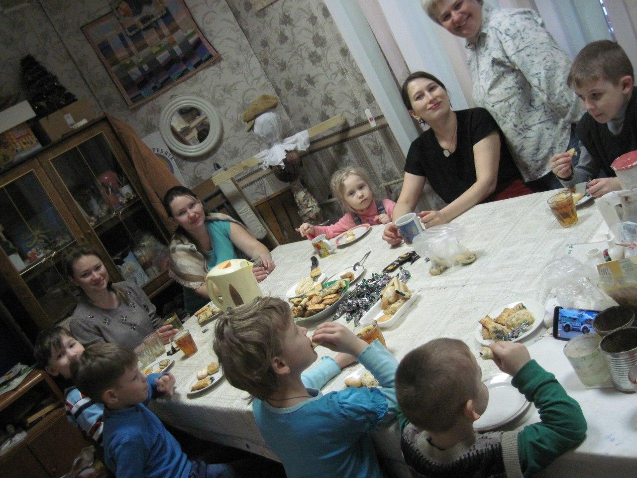 В клубе инвалидов «Вера» младшую группу вновь приветствовала «Уютная гостиная»