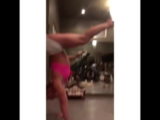 Бритни Спирс демонстрирует стойку на руках