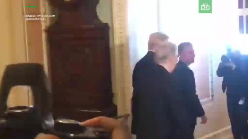 В США арестовали мужчину, забросавшего Трампа российскими флажками