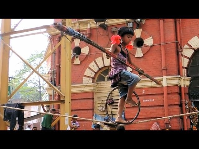 Amazing 6 year old girl performs a street tightrope act in Kolkata, India