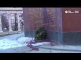 Красная краска на бронзе памятника