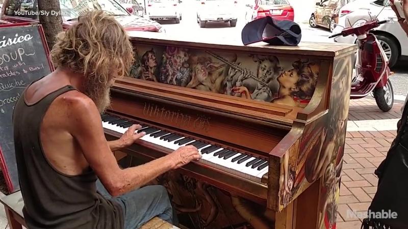 Homeless Man Plays Street Piano Beautifully in Florida (Come Sail Away) _ Mashab (1)