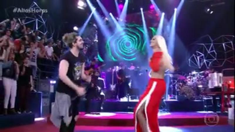 Pabllo Vittar e Luan Santana cantando Acordando o prédio no Altas Horas.