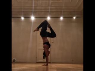 Elaine De Souza - Philosofical handstand