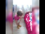 Ребёнок показывает как одевать прокладки!