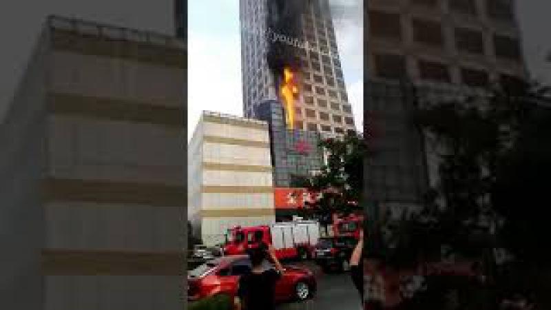 潍坊市东风街四平路联通大厦失火,周边全部临时交通管制
