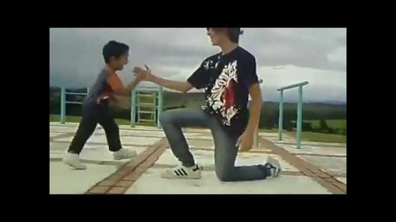 Малыш танцует тектоник с большим другом Крутяк