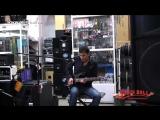 Артур Овсепян (Экс-ДДТ) исполняет блюз в разных манерах в магазине Music Hall. w.ru