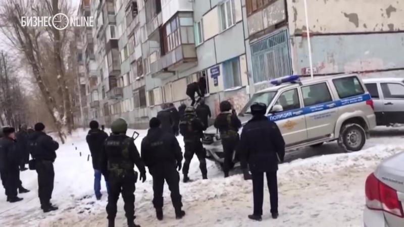 Росгвардия и полиция взяли штурмом подозреваемых в стрельбе в Казани