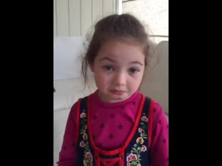 Impresionant!!! Cum a reacționat o fetiță când mama sa i-a pus carne pe masă...