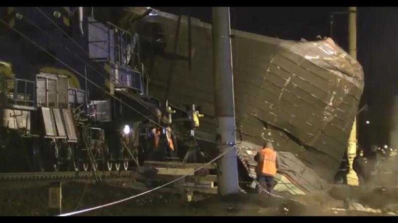 Лобовое столкновение поезда и электрички В Москве Как поезд врезался в электрич